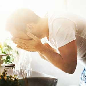 man die zijn gezicht wast
